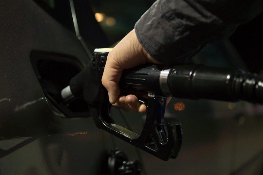 ¿Pueden multarte si te quedas sin gasolina en la carretera?